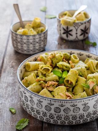 Insalata di pasta con salmone e pesto di zucchine salads food photography