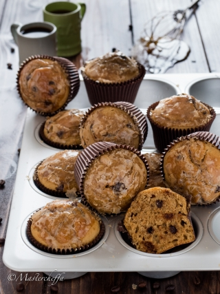 Muffin al caffè glassati con gocce di cioccolato- desserts food photography