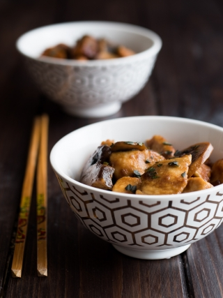 bocconcini pollo funghi salsa di soia around the world food photography
