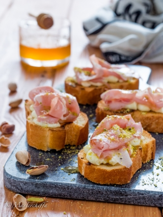 bruschette mortadella ricotta pistacchi snacks and finger food